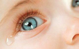 Причины и лечение выделений из глазика у новорожденного