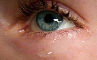 Слезотечение: почему слезятся глаза?