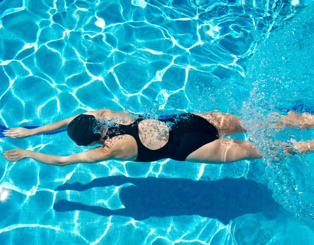 Можно ли плавать в линзах в бассейне или море: последствия, советы