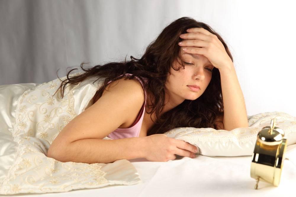 Слипаются глаза по утрам после сна: причины, что делать
