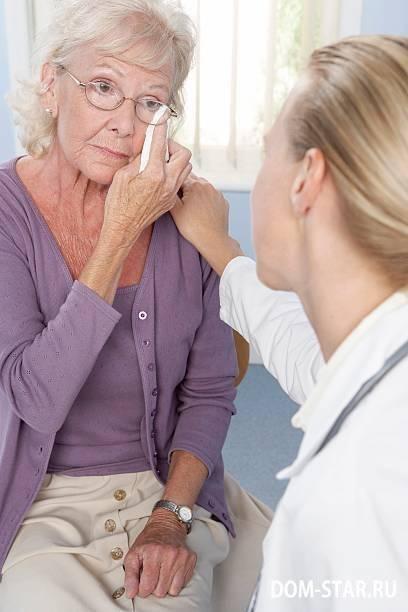 Слезотечение у пожилых людей: основные причины и способы лечения