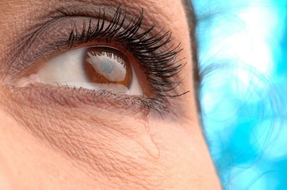 Почему слезятся глаза зимой