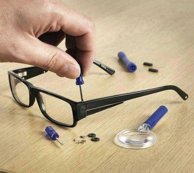 Как подогнуть пластмассовые дужки у очков?