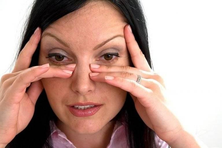Чешутся глаза в уголках (около носа, переносицы): основные причины зуда