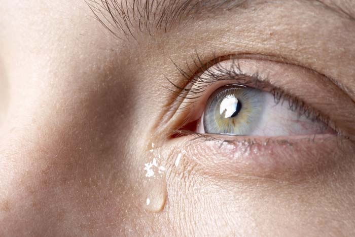 Слезятся глаза на улице: причины и лечение слезоточивости, что делать на холоде, ветру и морозе, что капать