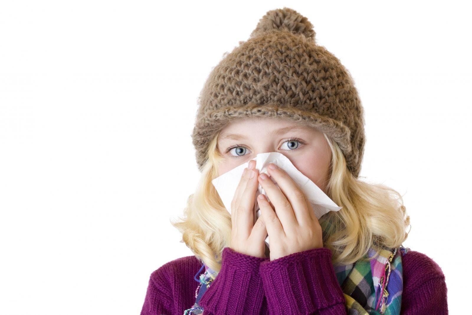 У ребенка слезятся глаза, насморк и температура