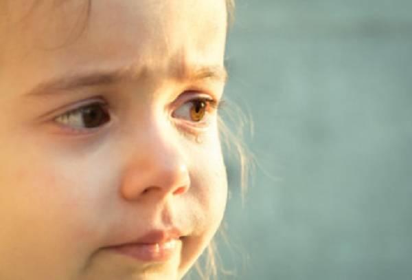 У ребенка слезится один глаз - что делать?