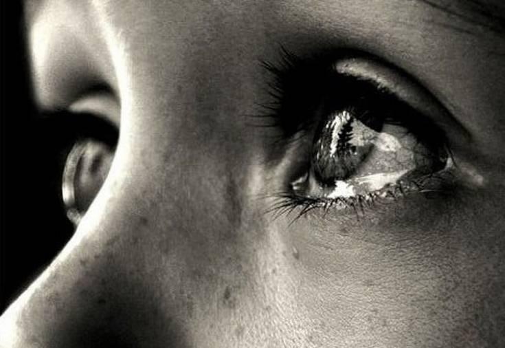 После слез болят веки глаз