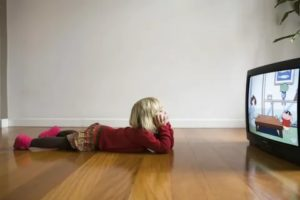 Почему вредно долго смотреть телевизор и как это отражается на здоровье