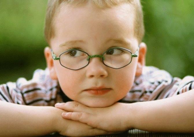 Почему ребёнок часто моргает глазами и что делать в такой ситуации?