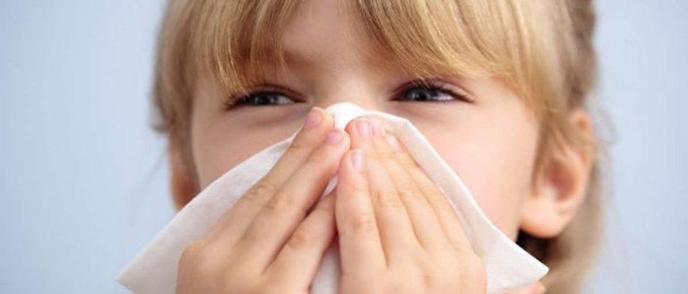 У ребенка слезятся глаза и насморк — что делать?
