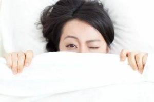 Почему болит глаз и появляется резь в глазах после сна — распространенные причины и рекомендации по лечению