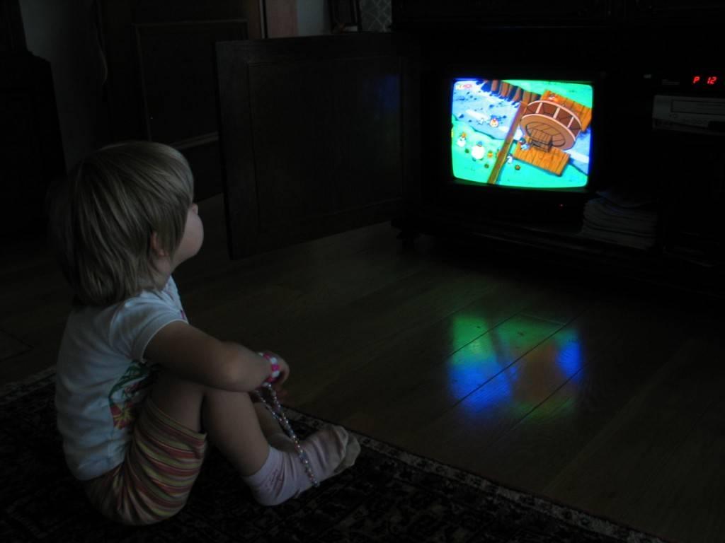 Плюсы и минусы телевизора: сколько можно смотреть тв без вреда