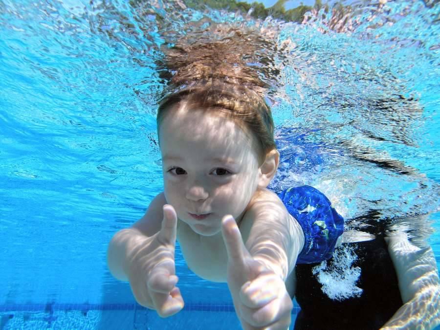 Можно ли плавать в бассейне в линзах: почему нельзя ходить купаться с кл
