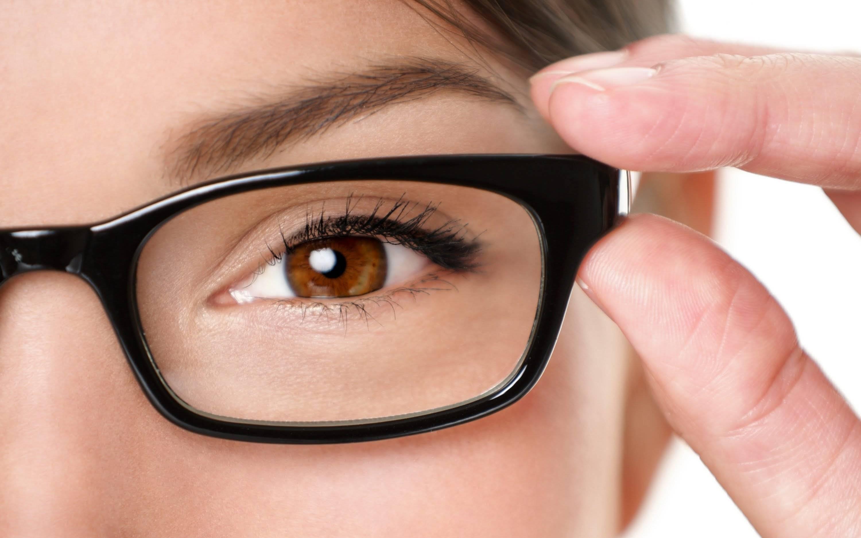 «вы читаете с гаджета в темноте, а хрусталик меняет форму». врач ринат файзрахманов — о том, как сохранить зрение