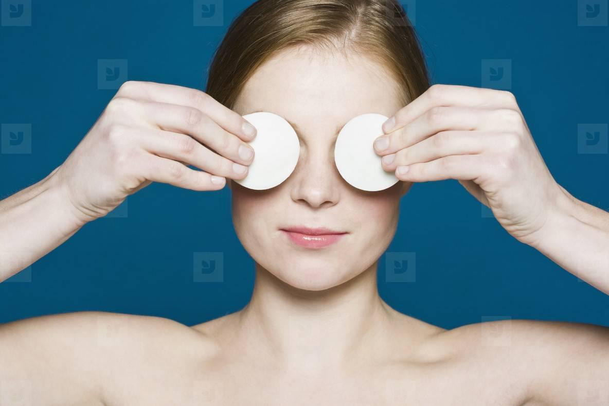 Как убрать круги под глазами в домашних условиях?