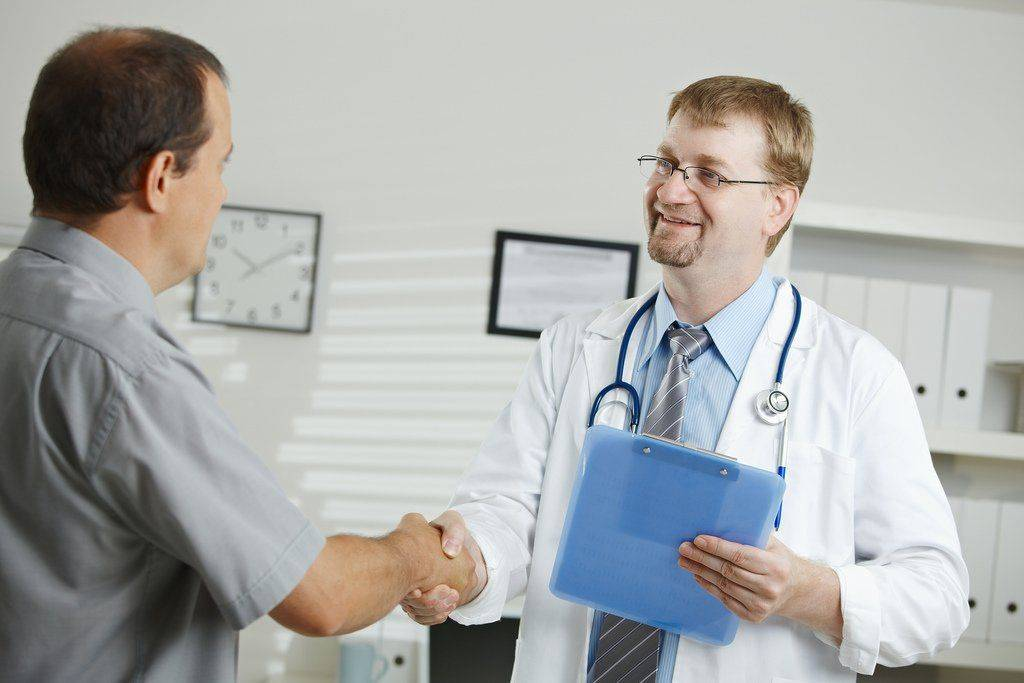 Врач диагностирует демодекоз