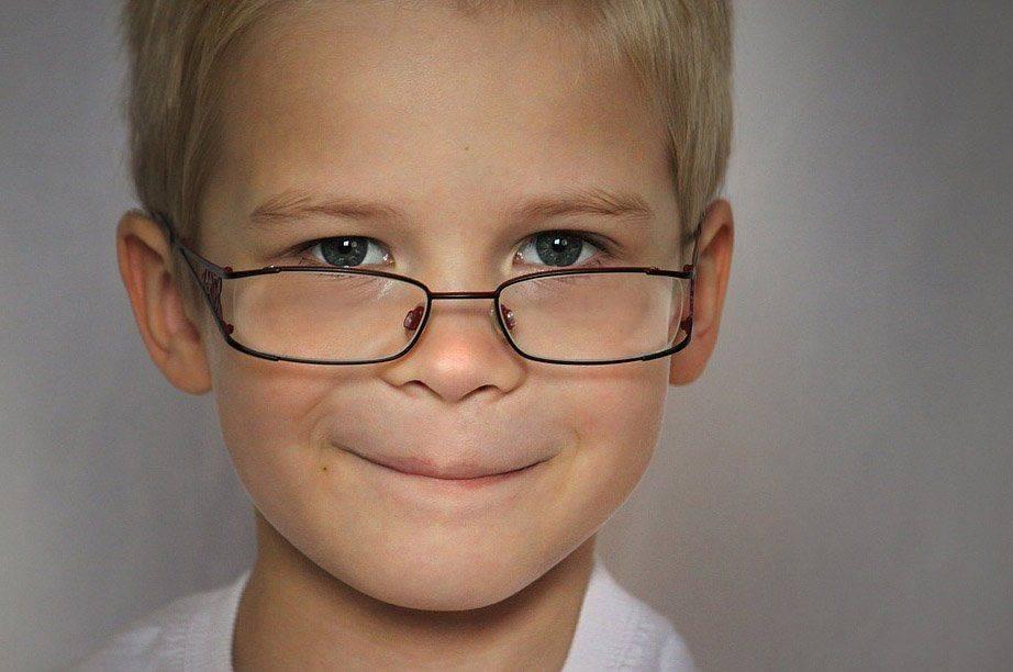Мальчик в очках при миопии