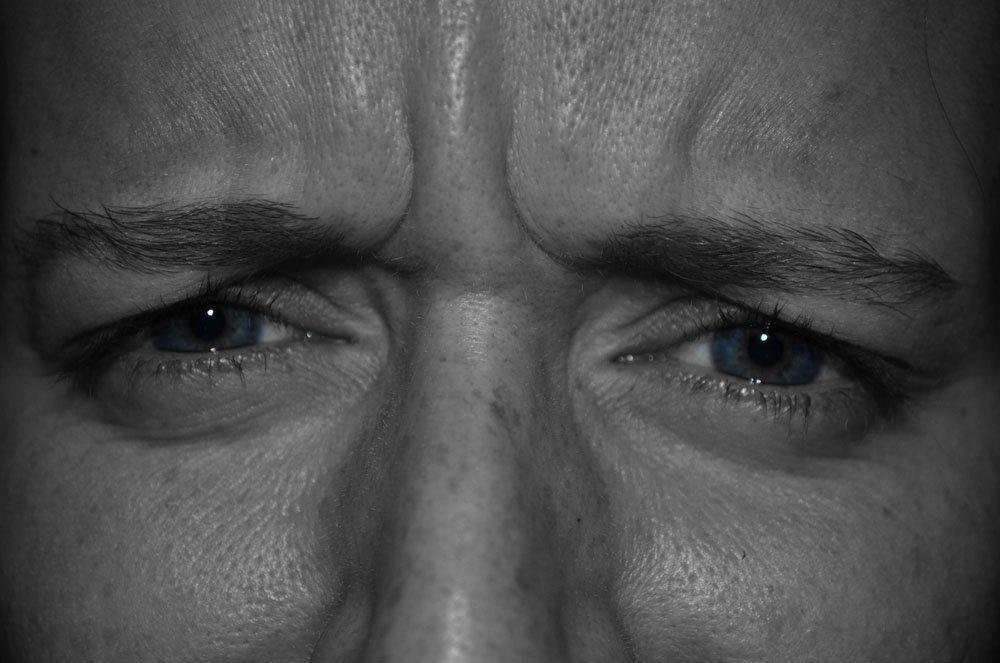 Щурится от боли в глазах