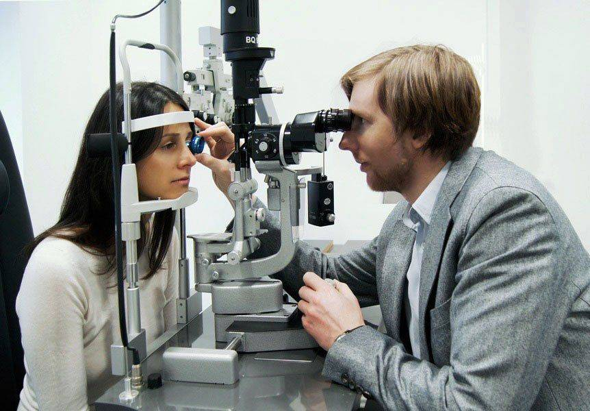 Офтальмолог проверяет пациента
