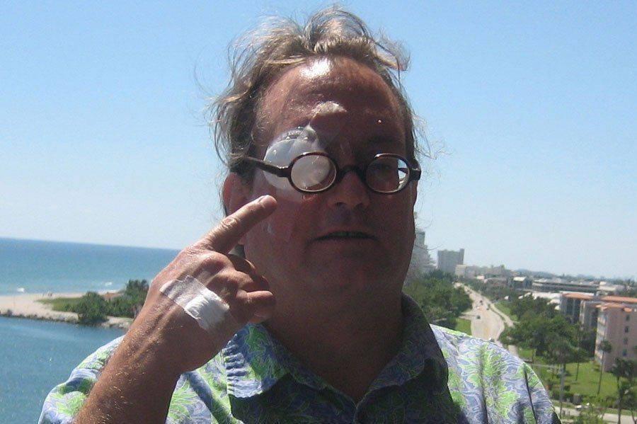 Мужчина с повязкой после эвисцерации глаза