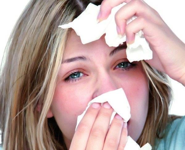 При простуде слезятся глаза: причины почему это происходит и что делать для лечения у детей и взрослых
