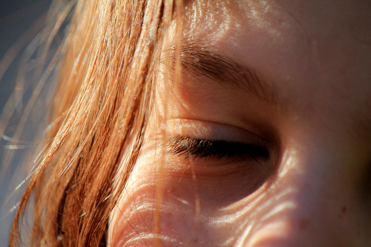 Почему слезятся глаза на солнце? | ваш зір