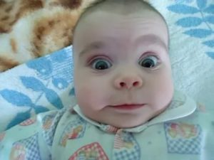 Почему ребенок закатывает глаза вверх? причины