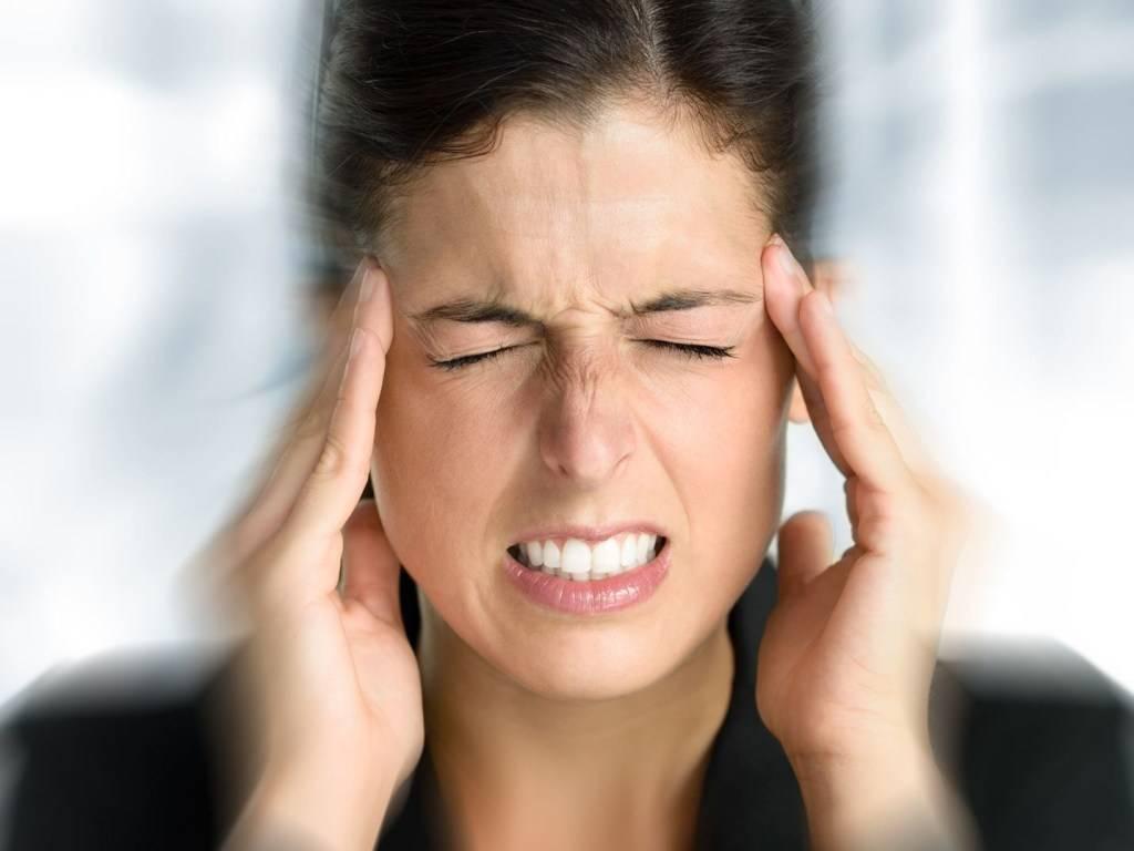 Резкое снижение остроты зрения, причины и симптомы, головная боль, лечение