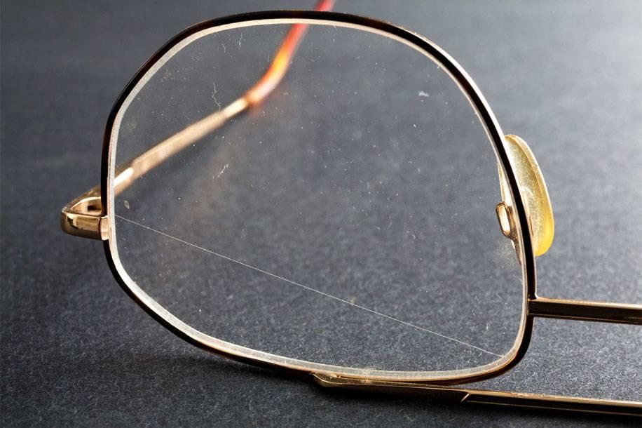Как убрать царапины с очков: полировка солнцезащитных линз в домашних условиях, профилактика трещин на стекле