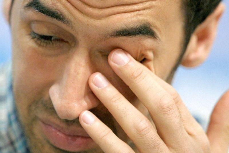 Болит правый или левый глаз изнутри: почему и что делать?