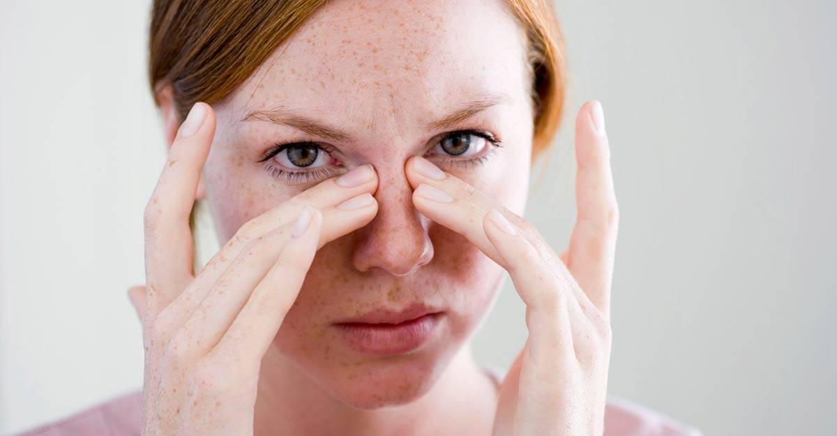 Почему чешутся уголки глаз и что делать?