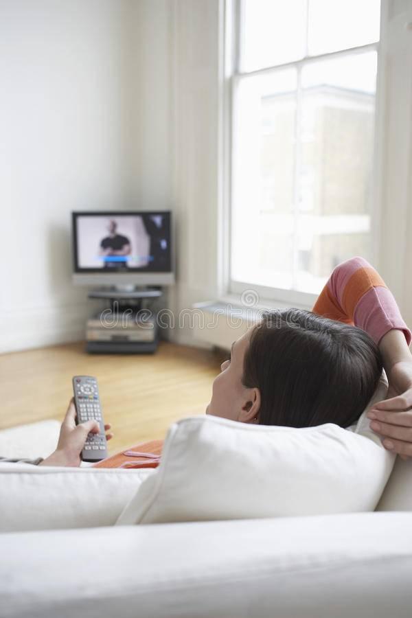 Вредно ли лежа смотреть телевизор?