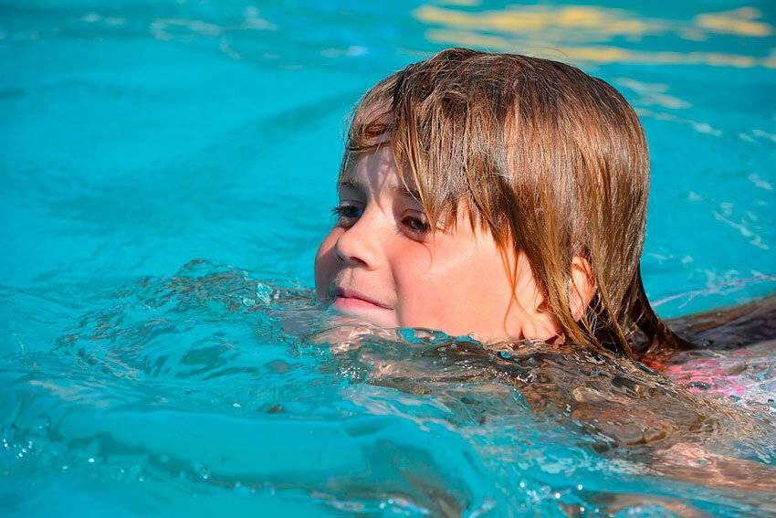 Можно ли плавать в линзах в бассейне?