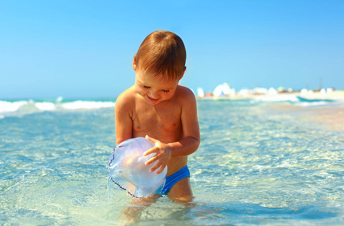 Можно ли купаться в линзах в бассейне, море и ванной?