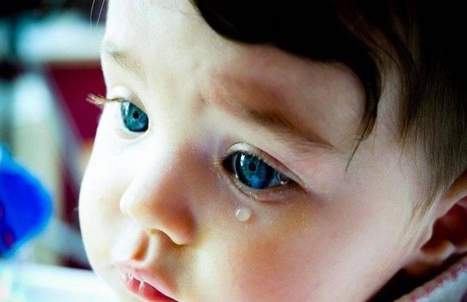 У ребенка слезится один глаз месяц: почему, причины и лечение, что делать, если у 2-4-трехмесячного грудничка, чем лечить младенца