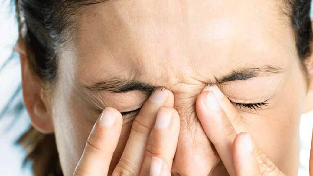Почему появляется боль в глазу при моргании?