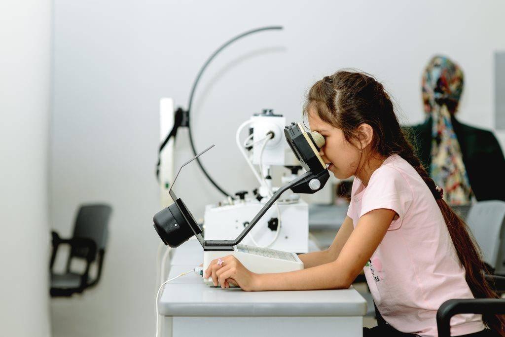 Аппаратное лечение миопии (близорукости) у детей и взрослых: аппарат визотроник, особенности процедуры