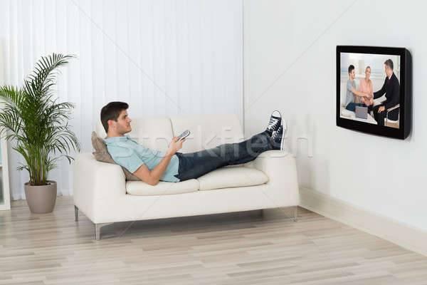 Просмотр телевизора в темноте: в чём заключается вред