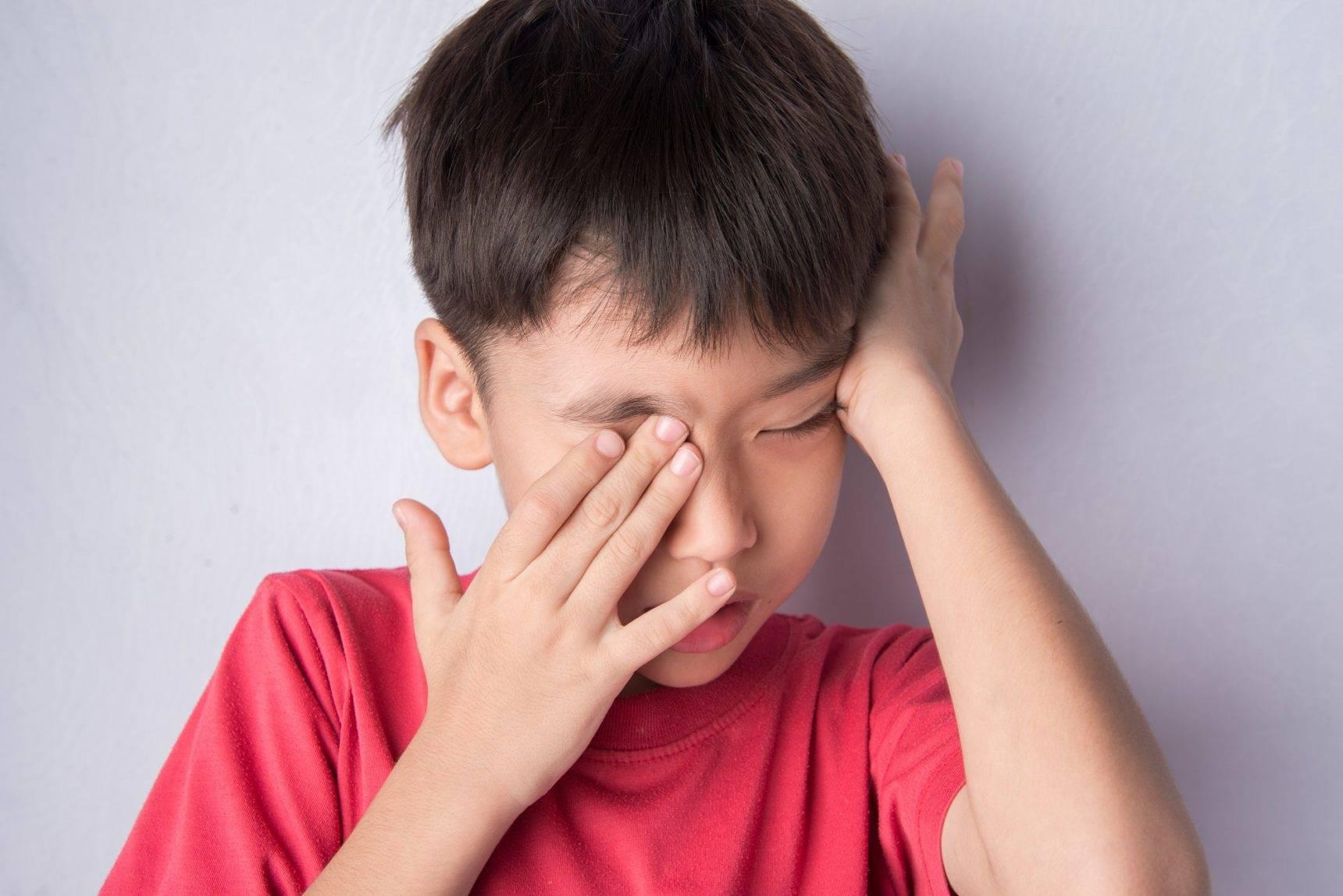 Почему ребенок часто моргает глазами: причины и методы лечения