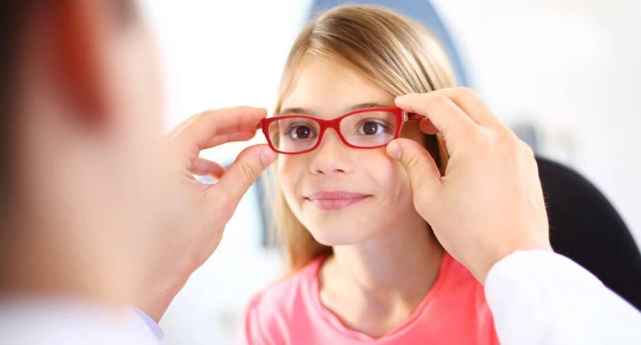 Можно ли носить очки и линзы при косоглазии: исправление и лечение