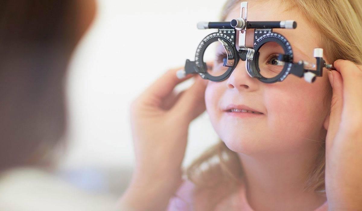 Близорукость у детей: миопия слабой и высокой степени, лечение врожденной формы и у детей школьного возраста, с какого возраста можно носить линзы, ложная близорукость и аппаратное лечение, отзывы