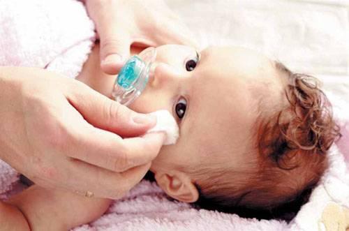 Чем промывать глаза новорожденному