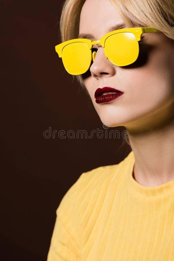 Что носить с желтыми очками (с желтой оправой или желтыми линзами) – каблучок.ру