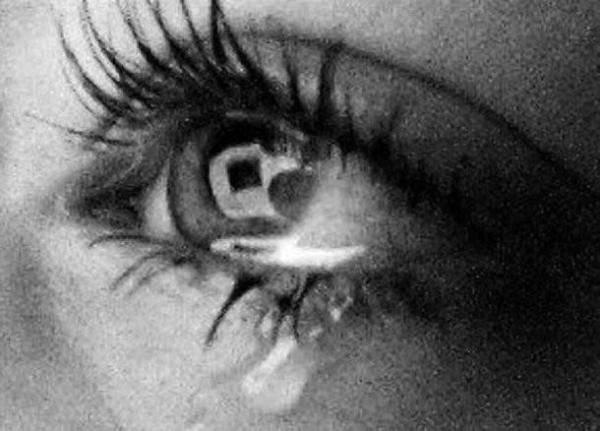 Почему болят глаза когда плачешь