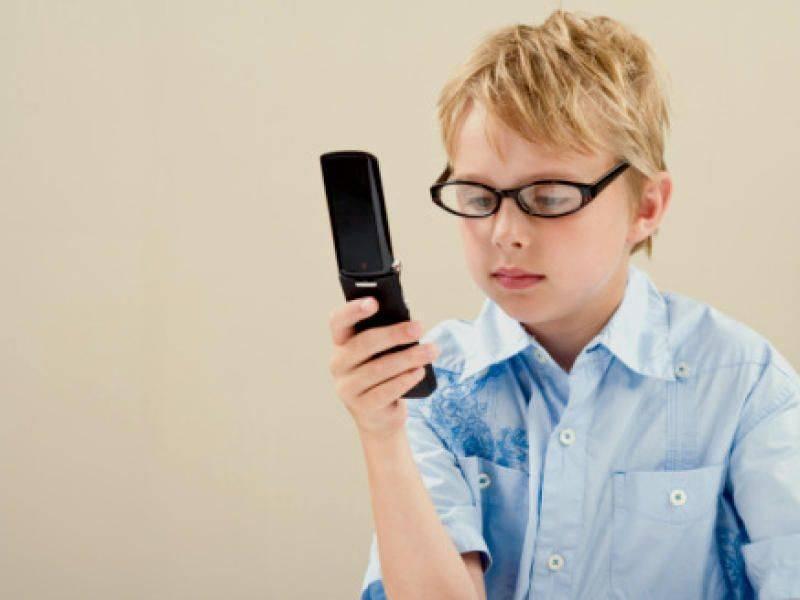 Какие телефоны портят зрение, а какие абсолютно безопасны: контрольная закупка