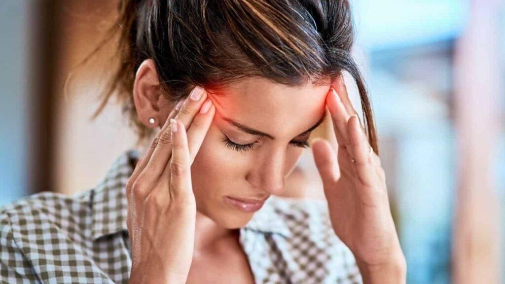 Дергается глаз — основные причины и лечение