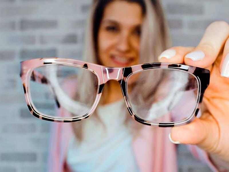 При каком зрении нужно носить очки: близорукость, дальнозоркость.
