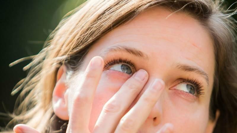 Мороз щиплет не только щеки и нос: стоит ли беспокоиться, если слезится один глаз на улице?