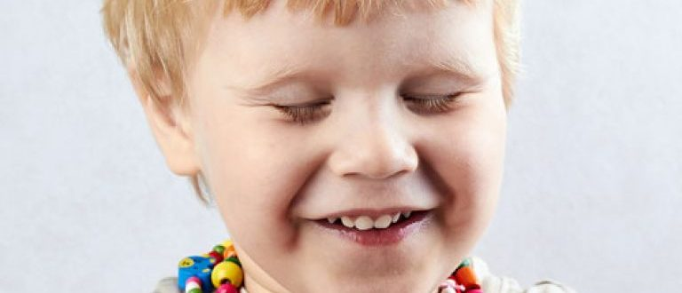 Ребенок часто моргает – причины и лечение